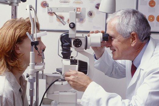 Người bệnh cần đi khám và điều trị ngay khi mắt nhìn thấy bóng mờ